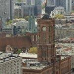 Blick von der Dachterasse auf  das Rathaus
