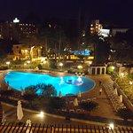 Der Pool wird nachts in verschiedenen Farben beleuchtet