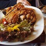 Gebratene Ente mit Reis auf verschiedenes Gemüse
