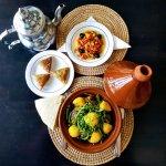 Tajine, salade fraîche, samoussas sucrés