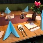 Zu sehen hier: Saftiges Hühnchenfilet, Zweierlei Mousse und die Tischdekoration im Extraraum