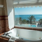 Grand Suite. Lujosa suite con 130m2 con ducha independiente y jazuzzi con vistas al mar