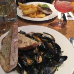 Mussels and cod and chips 🙌🏻 wine and cocktails also amazing! 🍷 🍹