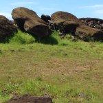 Lo scempio dei Moai a terra a testa in giù