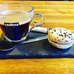le café (accompagné de son macaron caramel fleur de sel de chez Alain Chartier)
