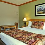 Photo de Travelodge Golden Sportsman Lodge