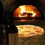 Классическая итальянская пицца, приготовленная в дровяной печи
