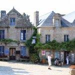 Flâner dans les ruelles à la découverte de l'architecture et de l'histoire de ce village