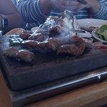 Carne variada a la piedra, te la cocinas a tu gusto, y tres salsas para acompañar.