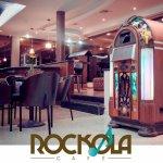 Restauant Rockola Cafe,cuenta con una Rockola digital para que selecciones el tema de tu prefere