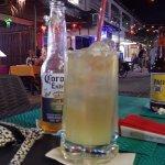 disfrutando de la calle de Isla Mujeres