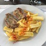 Secreto ibérico con guarnición de patatas pimentadas (caseras)