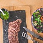Flat Iron steak, chimichurri y ensalada verde (Flat iron Steak, chuimichurri and all green salad