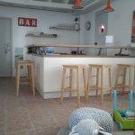 Petite cuisine dans l'espace près de la salle à manger