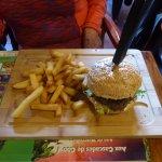 Présentation du hamburger classic avec un couteau planté dedans