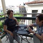 un descanso con un café disfrutando del barrio más lindo de atenas, plaka