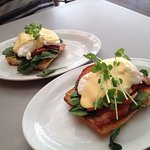 Eggs benedict with bacon on turkish bread