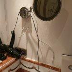 Kabelsalat zum Selber-Ordnen in Bad Suite Nr.219