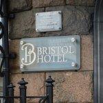 """Перед входом в отель """"Бристоль""""."""