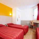 Chambre triple comprenant 3 lits individuels
