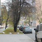 """Обычная питерская улица перед входом в отель """"Бристоль""""."""