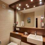 Moderne Badezimmer mit Duscheoder Badewanne  im H+ Hotel & Spa Engelberg