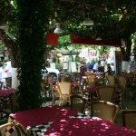 Eξωτερικός χώρος του εστιατορίου  '' Το  Χάνι του Κοσμά''