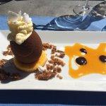 Flan d'épinards sur lit de zafran, espadon avec couscous aux légumes, œuf en chocolat avec glace