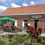 la terrasse de l'estaminet de la ferme du mont saint jean
