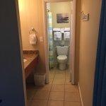 Gang mit Waschbecken vor Badezimmer