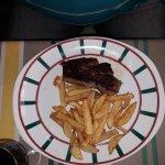 filet de boeuf (enfin ce qu'il en reste) cuit à coeur avec des frites maison