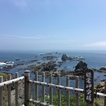 襟裳崎は、強風で有名なところです。 岬の突端は、灯台がある丘ではなく、そこから随分と歩くことになります。
