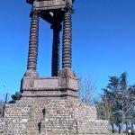 Monument commémoratif en pierre de Volvic de Jean Teillard dédié à Vercingétorix