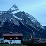 Haus Karls Ruh vor Ehrwalder Sonnenspitze (Abenddämmerung)