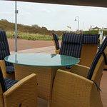 Strandkörbe und Sessel vor dem Hotel