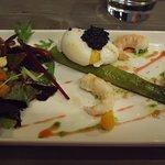 asperges et langoustines rôties avec oeuf mollet