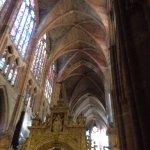 Detalles de la espectacular iluminación interior de la magnifica catedral de la Pulchra Leonina