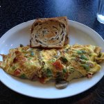 Omelet with cinnamon raisin toast