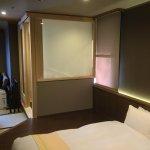 寝室から、風呂(ロールカーテン下げてます)・居間・柱方向