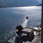 Terminal de Ferry y embarcaciones que llevan a las villas enfrente.