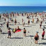 Haciendo gimnasia en la playa
