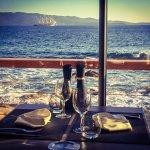 Le restaurant est en bord de mer