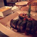 Noisette d'agneau en croute d'herbes, mille feuilles de légumes provençaux et polenta gratinée