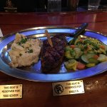 New York Strip Steak, garlic mashed potatoes, Gemüse