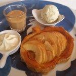 Tarte aux pommes, vraie crème, sauce caramel très bon.