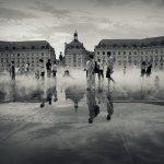 miroir d'eau et le Palais de la Bourse par une journée chaude d'été