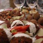 Trio d'hors d'oeuvres (falafels, kebbé et moussaka)