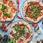 Tradycyjna włoska pizza z pieca opalanego drewnem.
