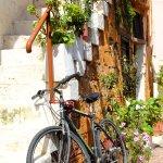 Chambre à baldaquin romantique dans un quartier de ruelles anciennes
