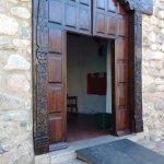 Puerta tallada en algarrobo